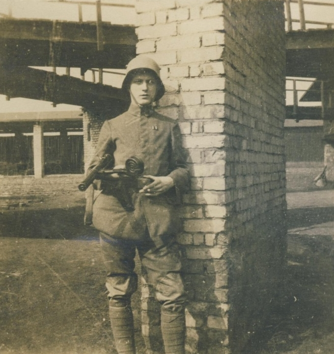 WWI-era German soldier with MP18