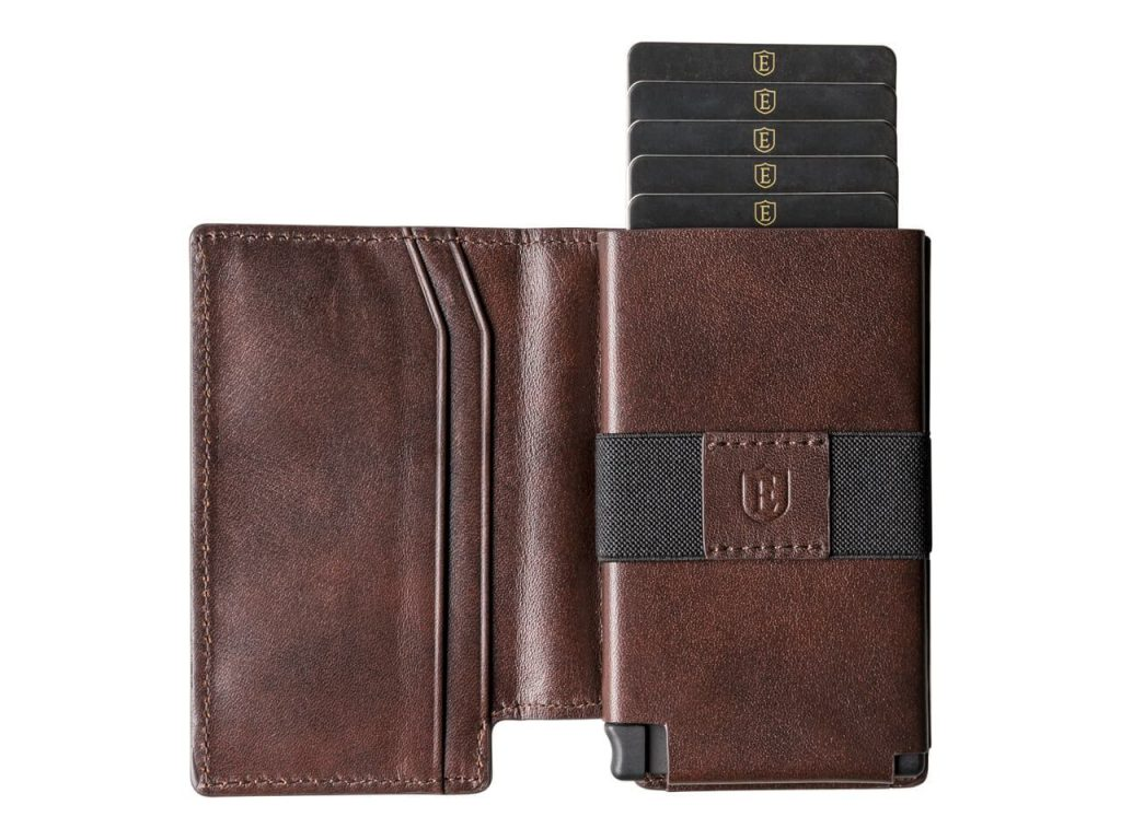 The Parliament features a thumb lever on the bottom of the wallet. The cards slide out like a fan, so the desired card can be quickly chosen.