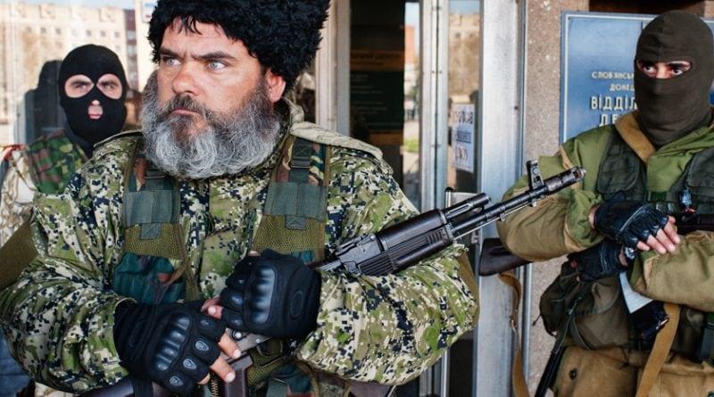 SLAVIANSK - 15 AVRIL 2014 - 08H41 Un cosaque pro-russe, suspecté d'être un mercenaire, garde l'entrée de la mairie de la ville occupée depuis peu par les forces séparatistes qui réclament l'indépendance de la région du Donbass. SLAVIANSK – APRIL 15, 2014 – 8:41AM A pro-Russian Cossack, suspected of being a mercenary, guards the entrance to the Town Hall, which has recently become occupied by separatist forces demanding independence for the Donbass region; photo by Guillaume Herbaut