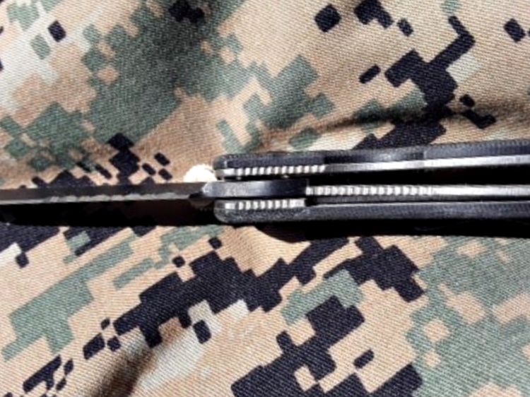 The CQC-7 utilizes a Titanium liner lock, which is very secure.